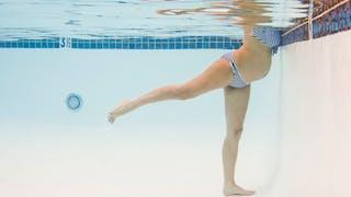 femme enceinte dans piscine ecxercice jambes