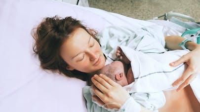 une femme avec son nouveau-né