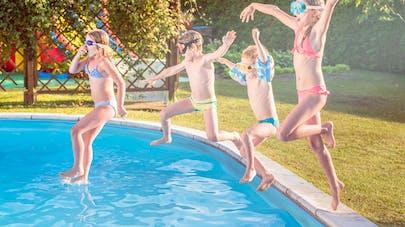 4 enfants sautant dans une piscine privée