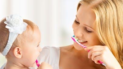 bébé et maman se brossant les dents
