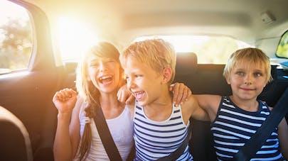 3 enfants en voiture