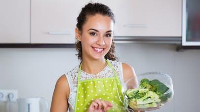 jeune femme avec assiette de saumon et de brocoli