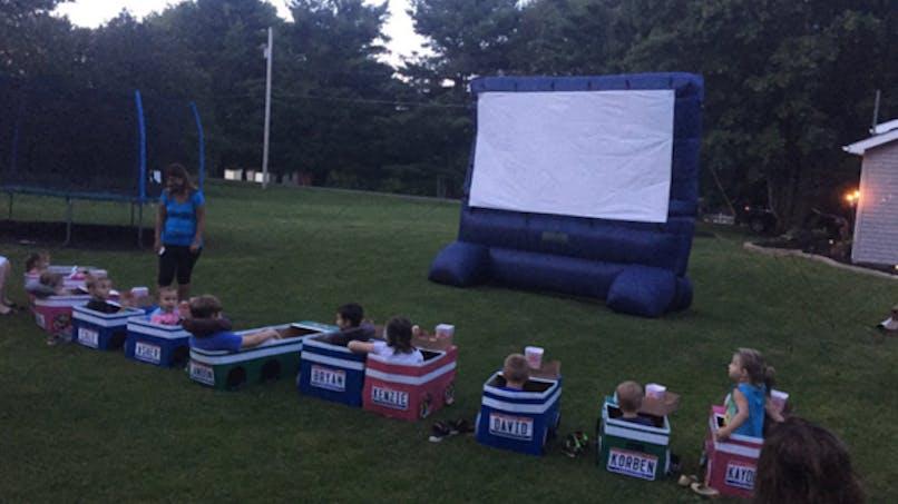 Une grand-mère crée un cinéma en plein air pour enfants