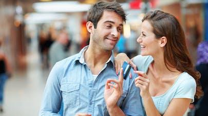 homme prêtant sa carte bancaire à sa femme
