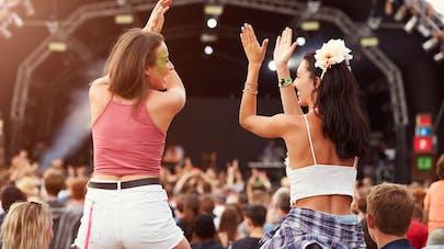 Deux femmes à un concert en plein air