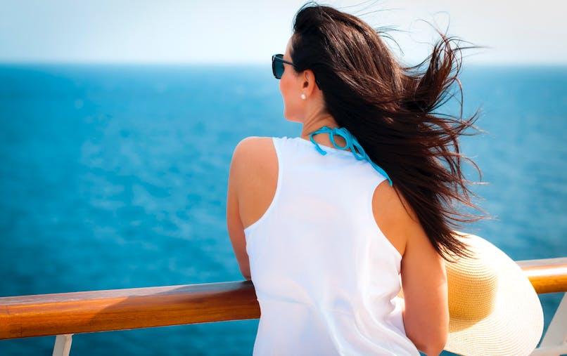 Femme de dos sur un bateau de croisière