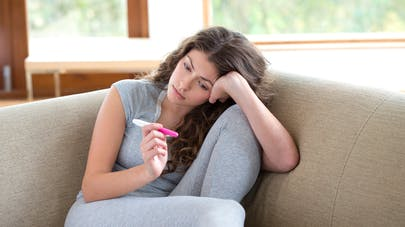 jeune femme tenant un test de grossesse