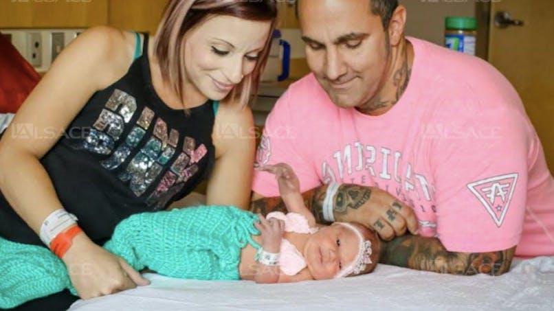 Un bébé de 18 jours succombe à un baiser