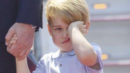 Prince George, tout grognon et mignon lors de son arrivée à Berlin (PHOTOS)