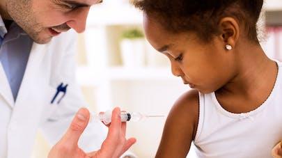 fillette se faisant vacciner