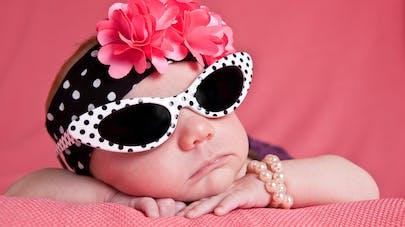 Un bébé se la joue glamour avec ses lunettes de soleil.