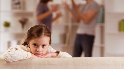 parents se disputant devant leur fille