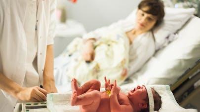 gynécologue patiente et bébé
