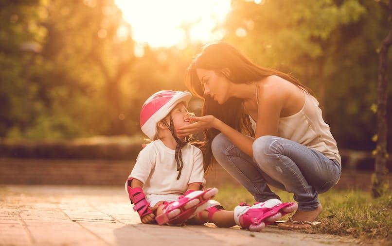 enfant blessé et mère