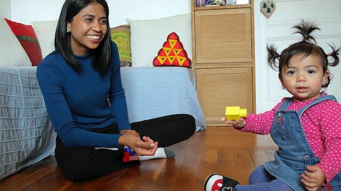 maman thaïlandaise chez elle avec sa fille