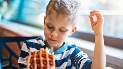 petit garçon mangeant une gaufre