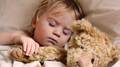 enfant qui dort avec son ours en peluche