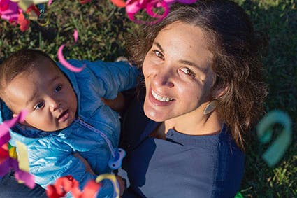 maman brésilienne avec son bébé dans les bras