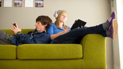 deux adolescents sur un canapé