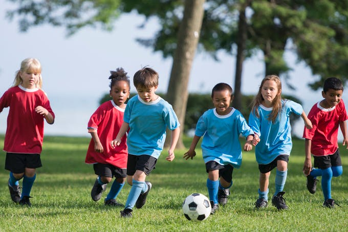 des enfants jouent au foot