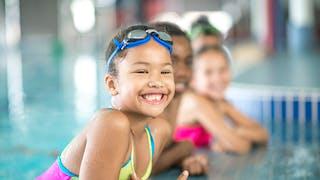 petite fille au bord d'un bassin de natation