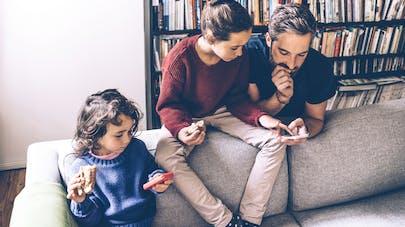 parent connecté avec enfants