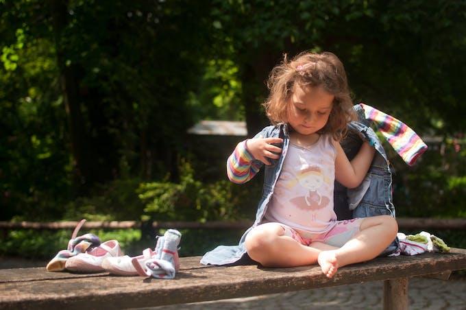 petite fille qui s'habille
