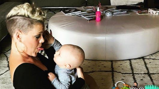 Pink défend une nouvelle fois l'allaitement en public (VIDEO)