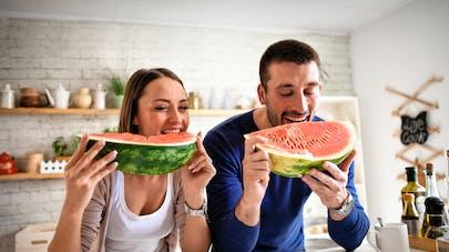 couple mangeant de la pastèque