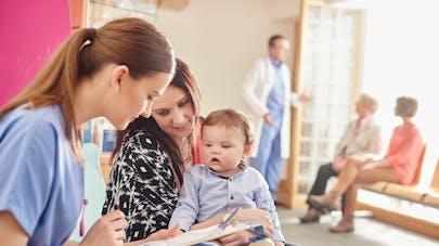 maman et son bébé dans une PMI