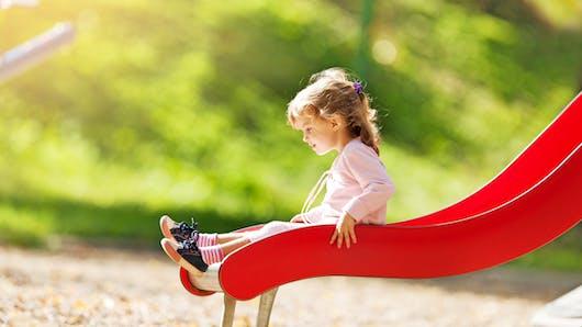 Faire du toboggan avec son enfant peut être dangereux