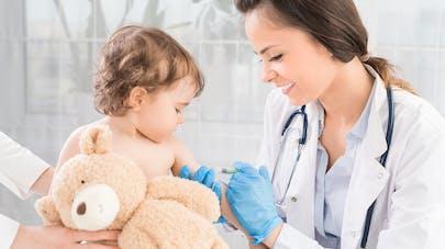 Petite fille se faisant vacciner