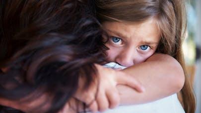 enfant triste avec sa mère
