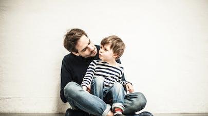 père écoute son fils jaloux