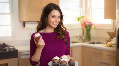 femme dans sa cuisine avec des gâteaux