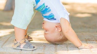 bébé faisant du yoga