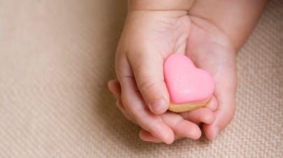 bébé gâteau dans la main