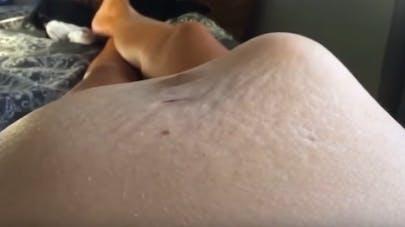 une bébé déforme le ventre de sa mère