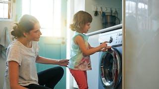petite fille qui participe tâche ménagère