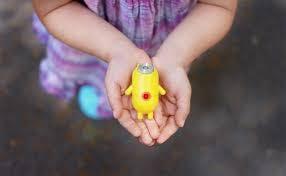 Urban Canary jaune dans les mains d'une petite fille
