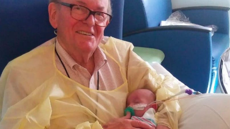 Ce retraité américain veille sur les bébés hospitalisés depuis douze ans