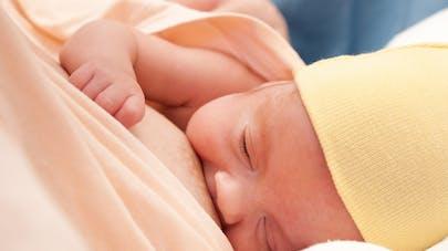 nouveau-né allaité