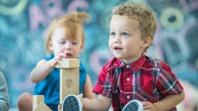 enfants dans une crèche écolo, jeux en bois