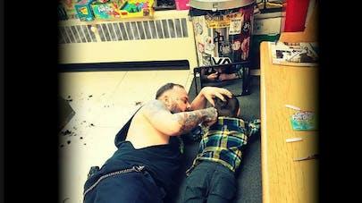 un coiffeur coupe les cheveux à un enfant autiste