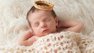 Un bébé portant une couronne