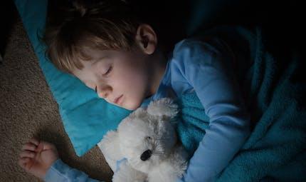 A 7 ans, il dort 11 jours d'affilée!