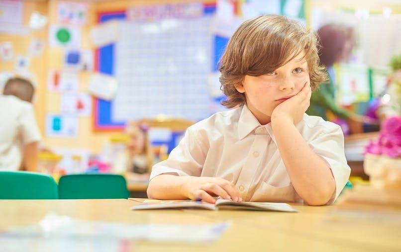 enfant qui s'ennuie à l'école