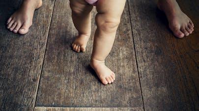 bébé qui apprend la marche