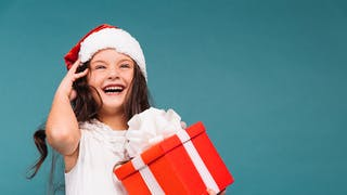 petite fille avec cadeau de Noël