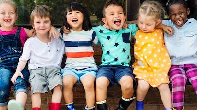 groupe enfants heureux